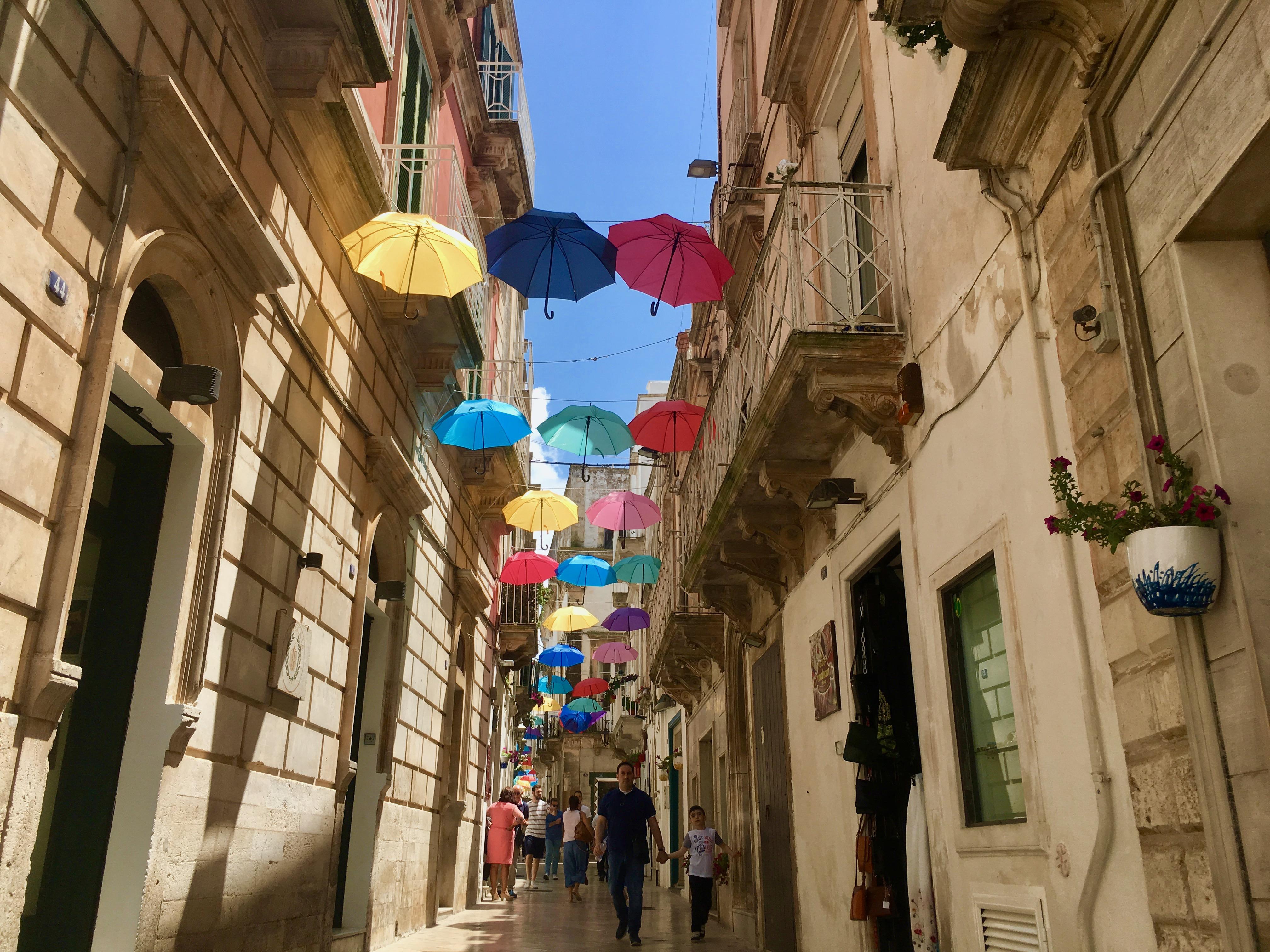 Martina Franca kolorowe parasole wiszące nad ulicą