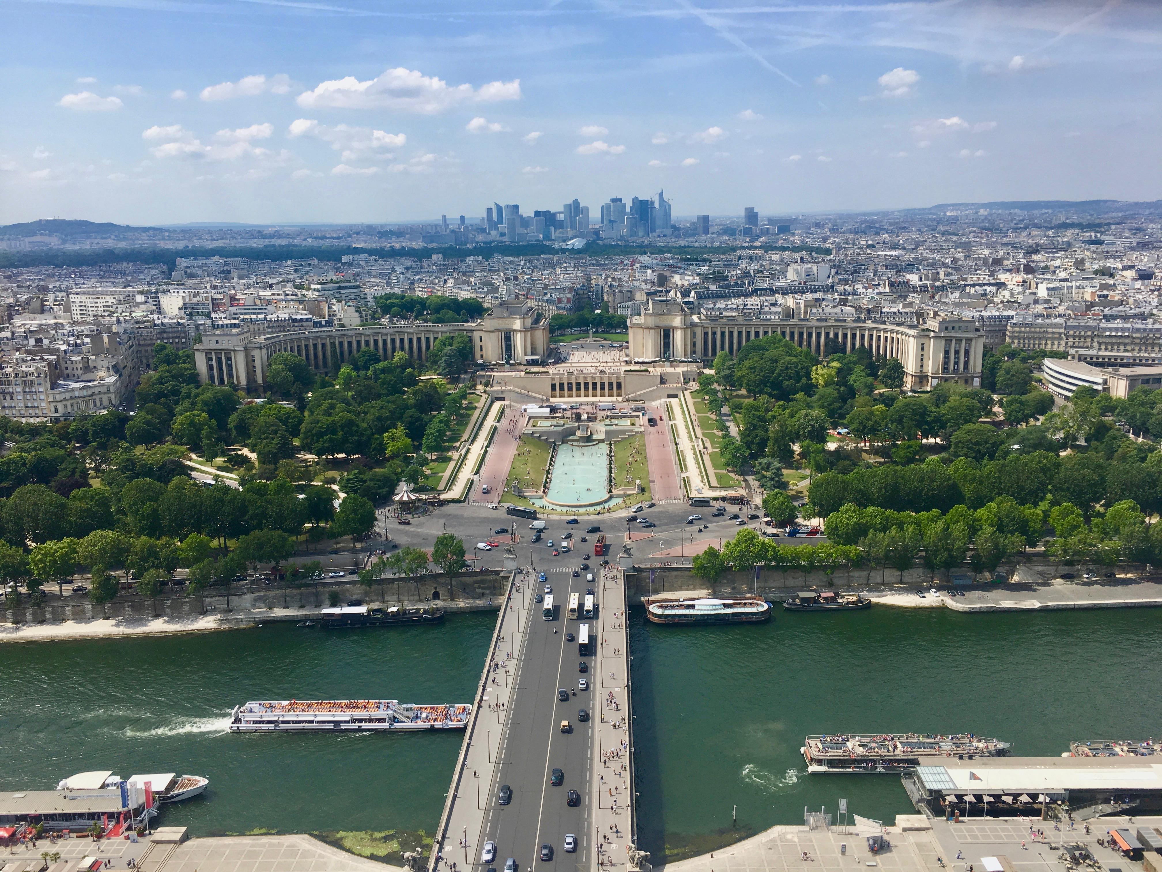 widok na Palais de Chailot oraz Sekwanę